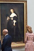 Staatsbezoek aan Frankrijk dag 1 - Staatsbezoek aan Frankrijk dag 1 - Louvre<br /> <br /> State Visit to France Day 1 - Staatsbezoek aan Frankrijk dag 1 - Louvre<br /> <br /> Op de foto / On the photo:  Koning Willem-Alexander en koningin Maxima bekijken met president Francois Hollande in museum Het Louvre Rembrandts huwelijksportretten van Maerten Soolmans en Oopjen Coppit uit 1634. De doeken zijn aan Nederland en Frankrijk verkocht en zijn na een restauratie afwisselend in het Rijksmuseum en het Louvre te zien. <br /> <br /> King Willem-Alexander and Queen View Maxima with President Francois Hollande in museum The Louvre Rembrandt wedding portraits of Maerten Soolmans and Oopjen Coppit from 1634. The paintings were sold to the Netherlands and France and after restoration shown alternately in the National Museum and the Louvre.