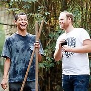 NL/Amersfoort/20200813 -  Bilal Wahib schept tijgerpoep in de  dierentuin, Ivo van Breukelen en Bilal Wahib