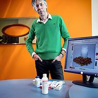 Nederland, Gouda , 11 juni 2012..Huisarts Peter Leusink van KPMG met op het scherm en op de tafel lustopwekkende pillen en glijmiddel..Foto:Jean-Pierre Jans