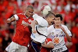 Disputa de bola entre Rodrigo Moledo do Inter e Umberto do Caxias, em partida válida pela final do Campeonato Gaúcho 2012, no Estádio Beira Rio, em Porto Alegre. FOTO: Jefferson Bernardes/Preview.com