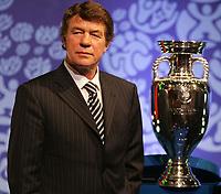Griechenlands Trainer Otto Rehagel mit dem UEFA-Pokal. © Urs Bucher/EQ Images