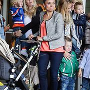 NLD/Amsterdam/20120604 - Vertrek Nederlands Elftal voor EK 2012, partner van Klaas Jan Huntelaar  Maddy Schoolderman en zoontje Axel in de buggy