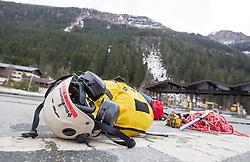 12.04.2015, Mautstelle Fusch, Fusch an der Glocknerstrasse, AUT, Alpinunfall, Skitourengeher in Gletscherspalte am Wiesbachhorn. Die Bergung der am Samstag in eine Gletscherspalte abgestürzten Skitourengeher auf dem Großen Wiesbachhorn bei Fusch (Pinzgau) ist Sonntagfrüh gelungen. Retter nutzten eine Wetterbesserung, flogen zur Unfallstelle und brachten die Verunglückten ins Tal. Hier im Bild Equiment des Bergretter Personals und der Hubschrauber Besatzung. EXPA Pictures © 2015, PhotoCredit: EXPA/ JFK