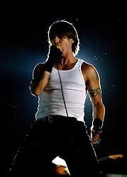 O vocalista Anthony Kiedis durante o show da banda Red Hot Chili Peppers, ontem (14) à noite, no ginasio Gigantinho, em Porto Alegre; Foto: Jefferson Bernardes/Preview.com