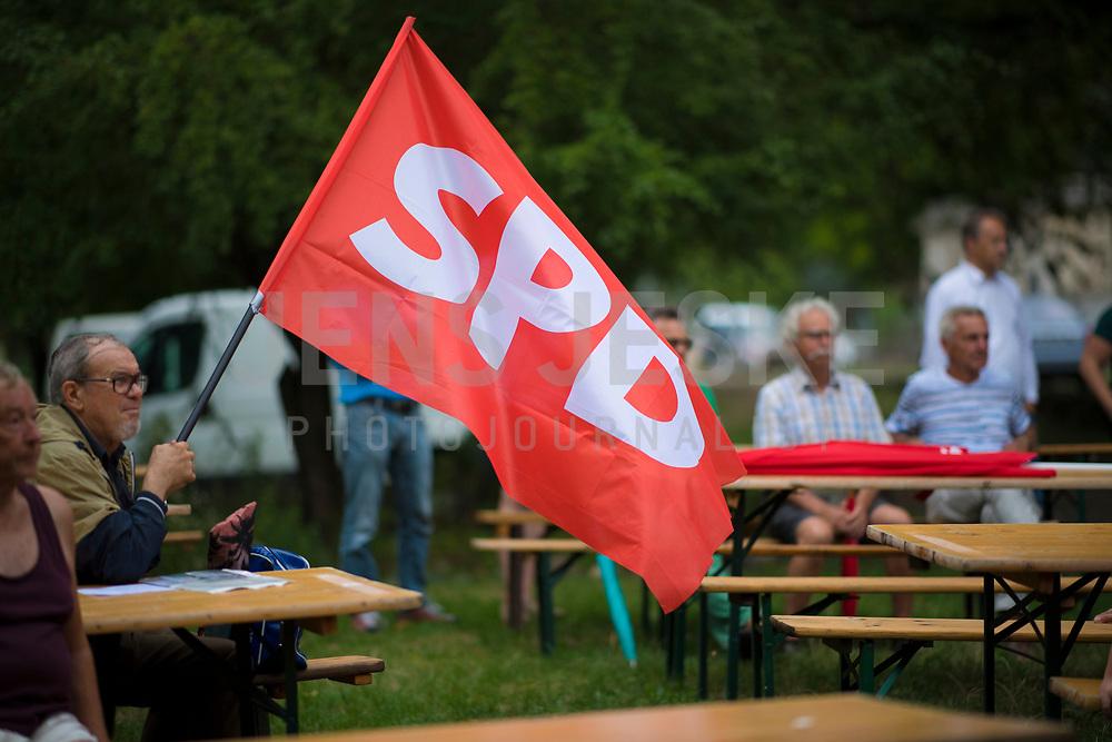 DEU, Deutschland, Germany, Rüdersdorf, 29.07.2019: Ein SPD-Parteimitglied schwenkt eine Fahne mit dem Logo der SPD bei einer Wahlkampfveranstaltung der SPD im Museumspark Rüdersdorf.