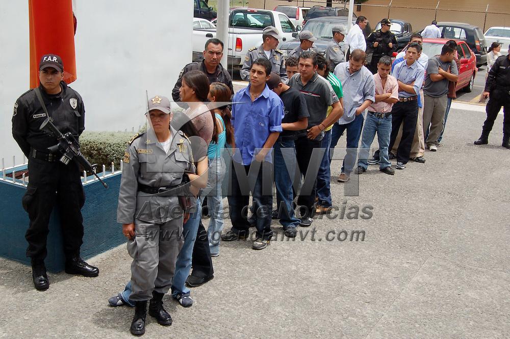 Toluca, Mex.- La Agencia de Seguridad Estatal (ASE) en coordinación con la policía municipal aseguró a 18 indocumentados centroamericanos; 3 mujeres y 15 hombres, entre quienes se encontraban dos menores de edad que viajaban a bordo de un autobus con destino a Zitacuaro en el estado de Michoacan. Agencia MVT / Alfonso García. (DIGITAL)<br /> <br /> <br /> <br /> <br /> <br /> <br /> <br /> NO ARCHIVAR - NO ARCHIVE