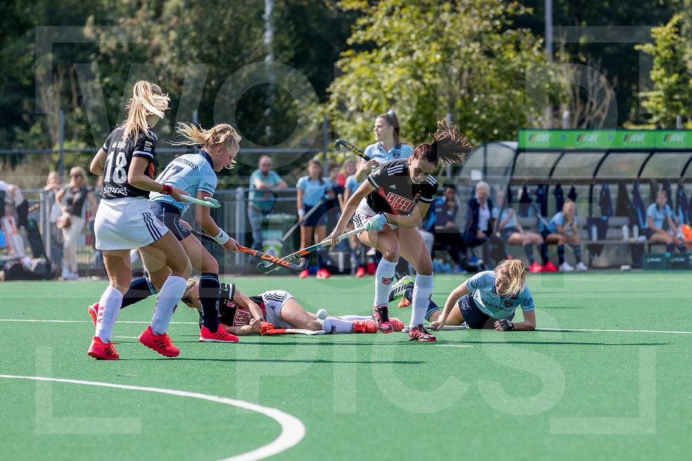 LAREN -  Hockey Hoofdklasse Dames: Laren v Amsterdam, seizoen 2020-2021.<br /> Foto: Felle strijd Liselot Timmermans (Laren) en Fay van der  Elst (Amsterdam) <br /> WORLDSPORTPICS COPYRIGHT Bert van der Toorn