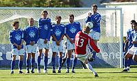 Patrick Holtet, Kongsvinger, tar frispark. , Aalesund-spillerne står i mur.<br /> <br /> Fotball: Kongsvinger - Aalesund 2-2 (5-2 e. straffer). NM 2004 herrer, 3. runde. 8. juni 2004. (Foto: Peter Tubaas/Digitalsport.