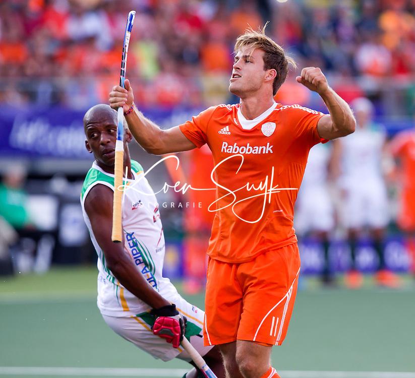 DEN HAAG -  Jeroen Hertzberger heeft de stand op 3-0 gebracht tijdens de wedstrijd tussen de mannen van Nederland en Zuid Afrika in het WK hockey 2014.  links Lungile Tsoklekile. ANP KOEN SUYK