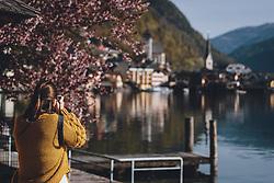 THEMENBILD - eine Frau beim fotografieren während der Corona Pandemie, aufgenommen am 17. April 2019 in Hallstatt, Österreich // a woman taking a picture during the Corona Pandemic in Hallstatt, Austria on 2020/04/17. EXPA Pictures © 2020, PhotoCredit: EXPA/ JFK