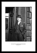 Jack Lynch TD (John Mary ?Jack? Lynch) ankommer åpningen av den sekstende Dáil (Irsk forsamling) 20 mars 1957. Han var Teachta Dála (forsamlingsdelegat) siden 1948, og var Taoiseach.(president) i to terminer på slutten av 1960 og starten av 1970 tallet.