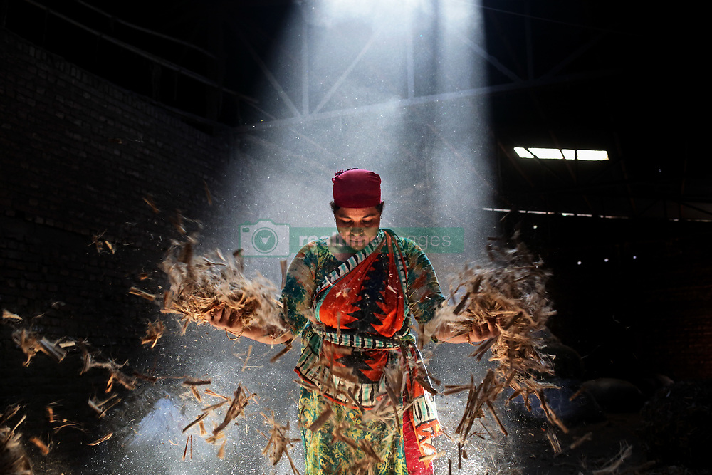 November 1, 2018 - Dhaka, Bangladesh - Workers work in a jute processing mill while sunrays enter through the rooftop in Narayanganj near Dhaka, Bangladesh, November 1, 2018  (Credit Image: © Mushfiqul Alam/NurPhoto via ZUMA Press)