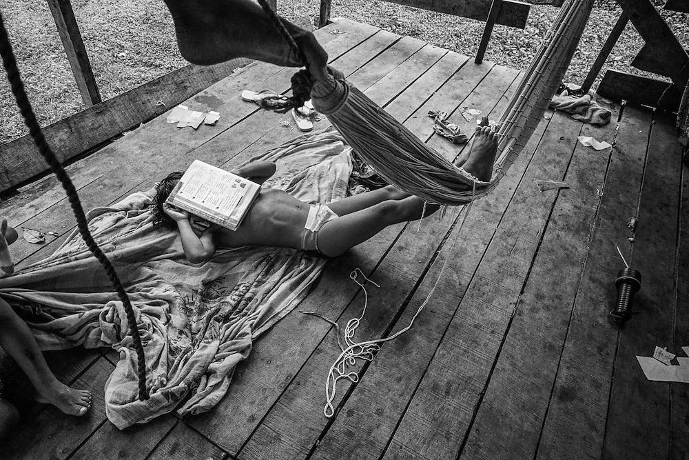 Guyane francaise, Elahe, Haut-Maroni, zone a acces reglemente.<br /> <br /> Citoyens francais, les enfants sont scolarises dans les rares villages possedant une école... si n instituteur y est detache. Depuis 1998, un college se trouve a Maripasoula. Cet eloignement reste un obstacle a l'entree dans le secondaire et beaucoup d'enfants restent a mi-chemin entre 2 cultures.