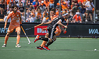 AMSTELVEEN - Christopher Rühr (Dui) met Jonas de Geus (Ned)  EK hockey, finale Nederland-Duitsland 2-2. mannen.  Nederland wint de shoot outs en is Europees Kampioen.  COPYRIGHT KOEN SUYK