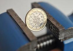 13.01.2011, Werkstatt, Aurich, GER, Symbolbild Euro eingeklemmtEuro-Münze aus Portugal im Schraubstock.EXPA Pictures © 2011, PhotoCredit: EXPA/ nph/  Albers       ****** out of GER / SWE / CRO ******