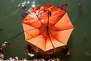 EINDHOVEN, 26-04-2021, High Tech Campus<br /> <br /> Alles klaar voor Koningsdag 2021 in Eindhoven op de High Tech Campus in Eindhoven Foto: Brunopress/Patrick van Emst<br /> <br /> Op de foto:   Oranje paraplu's