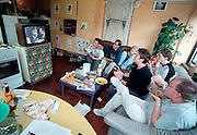 Nederland, Nijmegen, 5-9-2001Studenten kijken in de gezamelijke keuken van hun flat naar een televisieuitzending over het leven als studentin Nijmegen.Studentenflat. Eetgwoonte.GezelligheidFoto: Flip Franssen/Hollandse Hoogte