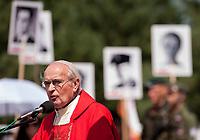 19.07.2015 Giby woj podlaskie Obchody 70. rocznicy Oblawy Augustowskiej - najwiekszej zbrodni w powojennej Polsce przy krzyzu w Gibach , ktory jest symbolicznym grobem ofiar . W lipcu 1945 roku Sowieci uprowadzili okolo 600 mieszkancow Augustowszczyzny , Sejnenszczyzny i Suwalszczyzny . Do tej pory nie wiadomo, gdzie znajduja sie ich groby . Sledztwo w tej sprawie trwa od 2001 roku . Akta licza juz ponad 70 tomow zas rozwiazaniem zagadki zajmuje sie zespol prokuratorow IPN , ktorzy przesluchali do tej pory ponad 700 swiadkow n/z ksiadz Stanislaw Wysocki prezes Zwiazku Pamieci Ofiar Oblawy Augustowskiej 1945 roku fot Michal Kosc / AGENCJA WSCHOD