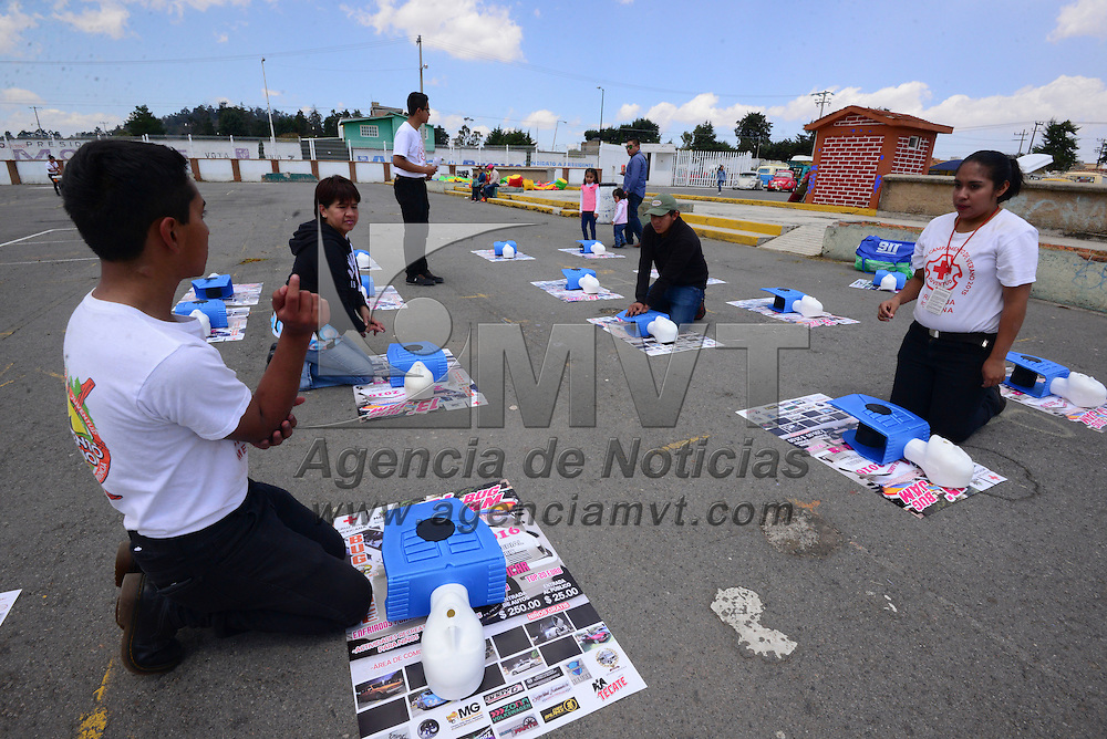 Metepec, Méx (Abril 24, 2016).- Integrante de Cruz Roja Juventud de Metepec participaron en el Bug Jam, que se llevó a cabo en el ex recinto ferial de Metepec en donde invitaron a los asistentes a participar en las diferentes dinámicas que estarían llevando a cabo de forma simultánea a la exposición de automóviles. Agencia MVT / Crisanta Espinosa
