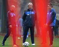 BILDET INNGÅR IKKE I FASTAVTALENE PÅ NETT MEN MÅ KJØPES SEPARAT<br /> <br /> Fotball<br /> Tyskland<br /> Foto: imago/Digitalsport<br /> NORWAY ONLY<br /> <br /> Am heutigen Montagvormittag leitet der neue Trainer Jørn Andersen erstmals das Training des KSC. v.l.n.r. Co-Trainer Ralf Friedberger, Jørn Andersen und Physiotherapeut Clemens Vogt<br /> 07.11.2011