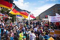 """DEU, Deutschland, Germany, Berlin, 29.08.2020: Deutschlandfahnen wehen bei der Demonstration von Gegnern der Corona-Maßnahmen. Kaum jemand hielt sich an die Auflagen, Mund-Nase-Bedeckung trug fast niemand, Abstandsregeln wurden nicht eingehalten. Die Initiative """"Querdenken"""" hatte zu den Protesten gegen die Corona-Maßnahmen der Regierung aufgerufen."""