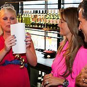 NLD/Amsterdam/20080803 - Babyshower voor Bridget Maasland, Bridget huilend met Monique Verkaart en Theo Hopman