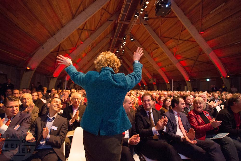 Marleen Barth is verkozen tot lijsttrekker van de PvdA voor de Eerste Kamerverkiezing. In Utrecht wordt het PvdA congres gehouden. Tijdens het congres wordt de aftrap gegeven voor de verkiezing van de Provinciale Staten en de waterschappen. Ook wordt afscheid genomen van Mariette Hamer an Frans Timmermans.<br /> <br /> The Labour Party conference is held in Utrecht. During the conference, the kickoff is given for the election of provincial and district water boards.