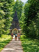 Rapa (powiat gołdapski, gmina Banie Mazurskie) 2018.07.10.  Piramida w Rapie - grobowiec rodzinny pruskiego rodu baronów von Fahrenheid zbudowana w 1811 roku.  Charakterystyczną cechą budowli jest kształt, przypominający starożytne egipskie piramidy. We wnętrzu piramidy  zachowały się zmumifikowane zwłoki. Podobno w miejscu tym koncentruje się potężna energia płynąca z wnętrza ziemi. Wielu ludzi wierzy, że piramida ma właściwości lecznicze.