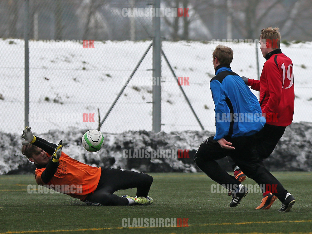 Andreas Nielsen (Roskilde KFUM) redder afslutning fra Frederik Frick (FC Helsingør).