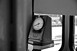 tachimetro che registra la velocità di marcia del treno. Reportage che analizza le situazioni che si incontrano durante un viaggio lungo le linee ferroviarie delle Ferrovie Sud Est nel Salento