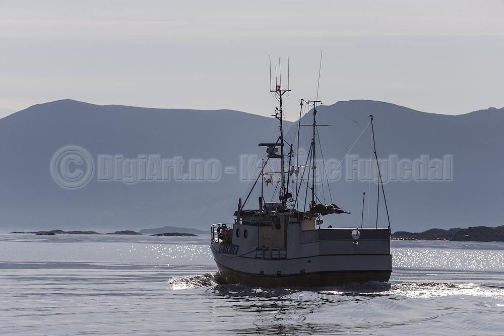 Fishingboat on it's way to the field | Fiskebåt på vei til feltet