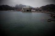 Onagawa  Front de mer  temps de neige identique  Mars 2012.Il y a un an, le même climat neigeux frappait la région.  La plupart des gens étaient dehors, parfois sans vêtement chaud. Dans le centre de réfugiés, les vitres étaient cassé par le tremblement de terre et la neige pénétrait dans les salles.