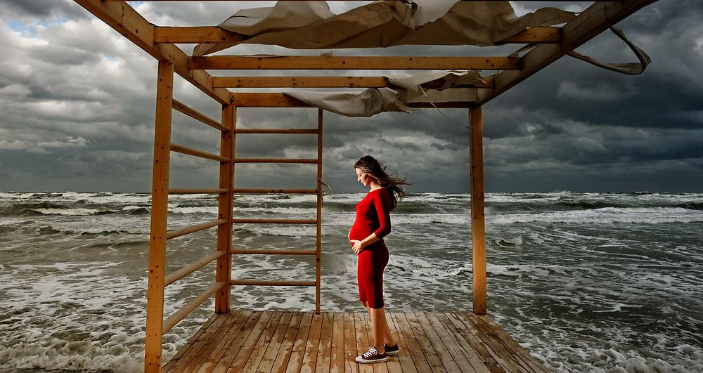 """Iubesc fotografia, iubesc sa transform momentele acelea imperfect in emotii perfecte. Si iubesc sa lucrez cu lumina si oamenii din jurul meu. <br /> <br /> Pentru mine fotografia nu este despre cele mai scumpe sau noi camera. Pentru mine, chiar si astazi, raman valabile cuvintele lui Annabel Williams: <br /> <br /> """"Fotografia este 90% psihologie si 10% tehnica."""""""