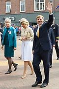 """Koning Willem-Alexander en Koningin Maxima tijdens het streekbezoek aan de achterhoek. Het bezoek staat in het teken van de Achterhoek Agenda 2020, een innovatief voor de toekomst van de Achterhoek dat aansluit op de toekomstvisies van de provincie, de Rijksoverheid en Europa. <br /> <br /> King Willem-Alexander and Queen Maxima visiting the region """"Achterhoek"""". The visit will focus on the Achterhoek Agenda 2020, an innovative for the future of the Achterhoek that meets the future visions of the province, the government and Europe.<br /> <br /> Op de foto / On the photo:  Koning Willem-Alexander en Koningin Maxima in Neede / King Willem-Alexander and Queen Maxima in Neede"""