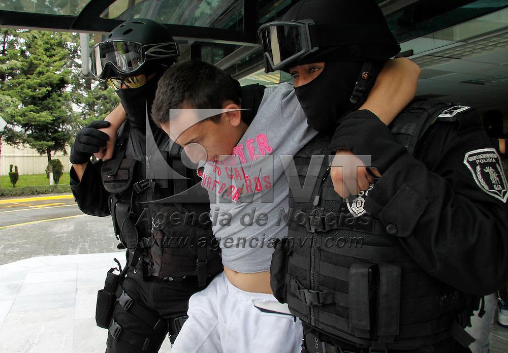 """Toluca, México.- La Secretaria de Seguridad Ciudadana informó sobre la detención de 4 presuntos integrantes de """"La Familia Michoacana"""", entre ellos el jefe de plaza en  Toluca, al momento de la detención les fueron aseguradas armas, droga, y una granada de fragmentación. Agencia MVT / Crisanta Espinosa"""