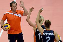 27-09-2014 ITA: World Championship Volleyball Rusland - Nederland, Verona<br /> Nederland verliest met 3-1 van Rusland / Femke Stoltenborg en Laura Dijkema krijgen een handje van Coach Gido Vermeulen