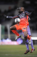 FOOTBALL - FRENCH CHAMPIONSHIP 2009/2010 - L1 - TOULOUSE FC v OLYMPIQUE LYONNAIS - 7/02/2010 - PHOTO JEAN MARIE HERVIO / DPPI - SIDNEY GOVOU (OL) / CHEIK MBENGUE (TFC)