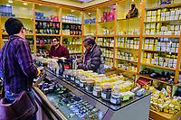 Inde, Bengale Occidental, Darjeeling, boutique de thé  // India, West Bengal, Darjeeling, tea shop
