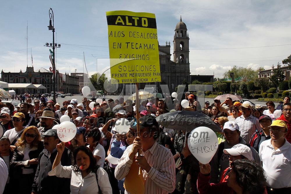 """TOLUCA, México.- Jesús Humertus Pérez Espinoza, presidente y representante legal de Frente  Mexiquense para una Vivienda Digna, A.C., encabezó una manifestación frente a Palacio de Gobierno  para denunciar un """"mega fraude"""" en el que están involucradas varias empresas inmobiliarias en los municipios de Cuautitlán Izcalli y Tecámac. Agencia MVT / Crisanta Espinosa. (DIGITAL)"""