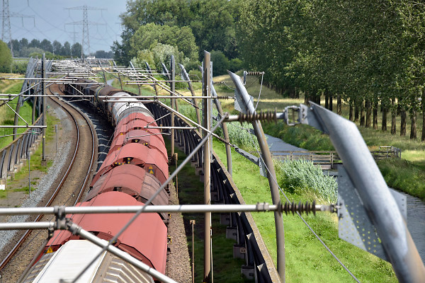 Nederland, Bemmel, 21-8-2018 Een goederentrein rijdt over de betuwelijn naar Duitsland .De locomotief is van de DB, Deutsche Bahn, de duitse spoorwegen . Foto: Flip Franssen