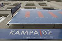 02 MAY 2002, BERLIN/GERMANY:<br /> Aussenansicht der Kampa02, der Wahlkampfzentrale der SPD fuer die Bundestagswahl 2002, Oranienburger Strasse 67/68, Berlin-Mitte<br /> IMAGE: 20020502-01-006<br /> KEYWORDS: Kampa 02, Logo, Haus, house, Schriftzug