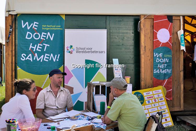 Nederland, Nijmegen, 30-8-2019 Aan de overkant van de Waal, op het Lentereiland, wordt het Democratiefestival gehouden. een gratis festival om de democratie te vieren met politiek en maatschappelijke instellingen. Er zijn workshops, discussiebijeenkomsten, spelletjes en theatervoorstellingen. Foto: Flip Franssen