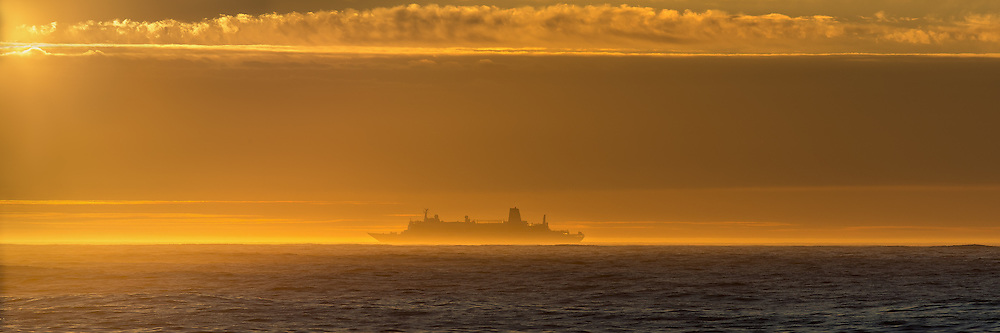 Vessel in the horizon. Norway | Båt i horisonten. Norge