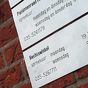 Bord + deurbel rechtshulp cq rechtswinkel Gooierserf Huizen