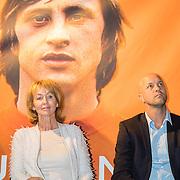 NLD/Amsterdam/20161007 - Presentatie biografie over het leven van oud voetballer Johan Cruijff, vrouw Danny Cruijff - Coster en zoon Jordi