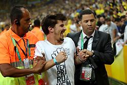 Torcedor é retirado de campo após invadir a partida entre Brasil e Espanha, válida pela final da Confederações 2013, no estádio Maracanã, no Rio de Janeiro. FOTO: Jefferson Bernardes/Preview.com