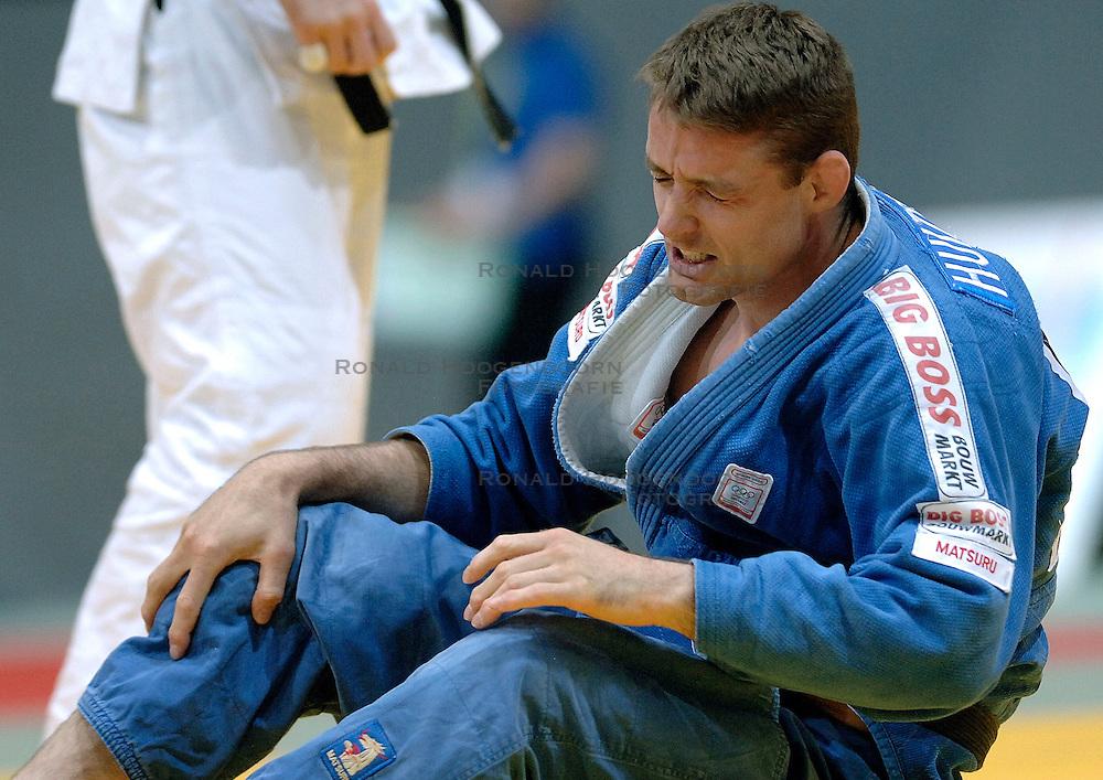 26-05-2006 JUDO: EUROPEES KAMPIOENSCHAP: TAMPERE FINLAND<br /> Mark Huzinga raakt geblesseerd aan zijn knie in de halve finale tegen Pershin (RUS) tijdens het EK Judo in Finland. <br /> ©2006-WWW.FOTOHOOGENDOORN.NL