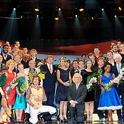 NLD/Scheveningen/20131130 - Inloop concert 200 Jaar Koningrijk der Nederlanden, groepsfoto artiesten met Willem - Alexander en Maxima