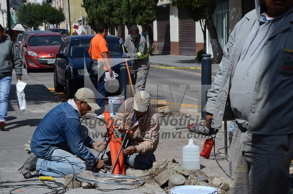 Toluca, Méx.- Trabajadores de Seguridad Vial del ayuntamiento de Toluca, iniciaron la colocación de barrotes de acero, en la esquina de Nigromante y 5 de febrero en el centro de la ciudad, que servirán como espacio de estación de bicicletas y según las autoridades serán 25 las estaciones. Agencia MVT / José Hernández
