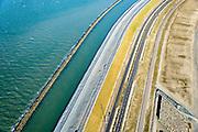Nederland, Zuid-Holland, Rotterdam, 18-02-2015; <br /> Tweede Maasvlakte, de nieuwe Maasvlakteweg naar de Yangtzehaven. In zee de zgn. harde zeewering die het nieuwe land moet beschermen, de blokkendam.<br /> Maasvlakte 2 (MV2), extension of the Port of Rotterdam. In the sea the so-called  hard sea defenses to protect the new land, the block dam.<br /> luchtfoto (toeslag op standard tarieven);<br /> aerial photo (additional fee required);<br /> copyright foto/photo Siebe Swart